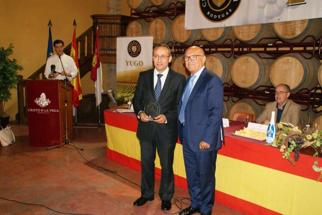 Juan Miguel del Real recibe el premio de manos del presidente
